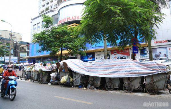 """Cận cảnh đường phố Hà Nội """"ngập"""" rác thải sau 2 ngày bãi Nam Sơn bị chặn"""