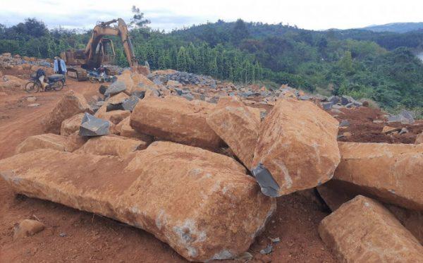 """Cận cảnh ngổn ngang công trường khai thác đá """"lậu"""" ở Đắk Nông"""