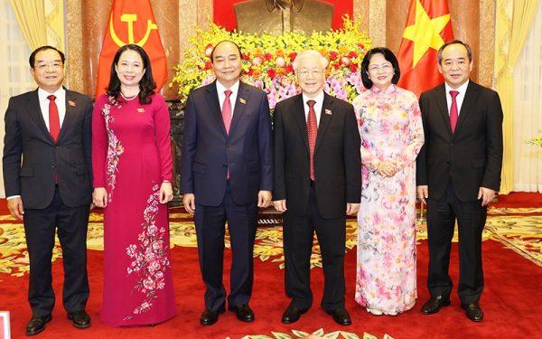 Bàn giao công tác giữa nguyên Chủ tịch nước Nguyễn Phú Trọng và Chủ tịch nước Nguyễn Xuân Phúc