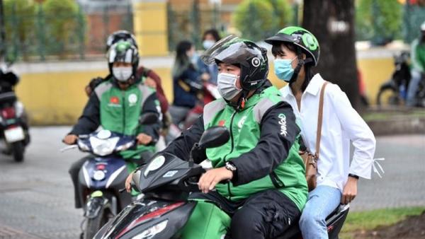 Hà Nội chính thức dừng hoạt động 'xe ôm công nghệ,' shipper giao hàng
